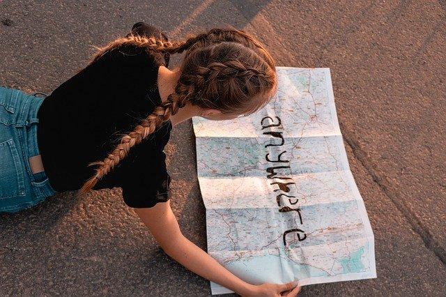 Mapy turystyczne, dziewczyna blondynka